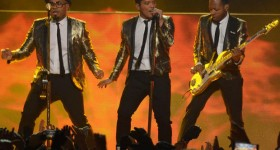 Bruno Mars et les red hot chili peppers# via Gala.fr